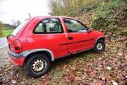 Ein roter Opel Corsa am Strassenrand. Die Polizei hat die Türen abgeklebt. (Bild: Mario Testa)