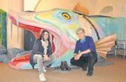 Frauke Dammert und Walo Abegglen vom Seemuseum posieren vor der Attraktion der Fisch-Ausstellung: Dem Märchenfisch Wuhubari. (Bild: Michèle Vaterlaus)