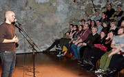 Einer der Grossen: Slampoet Renato Kaiser riss das Publikum zu Lachstürmen hin. (Bild: Christoph Heer)