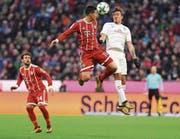 Bayern München mit James Rodriguez (Mitte) erlebt zurzeit einen Höhenflug. (Bild: Lukas Barth/EPA)