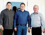 Der neue Geschäftsführer Alberto Provenza (Mitte) und «Klein Rigi»-Inhaber Walter Arnold (rechts) sind Ivan Dupcevic dankbar für die geleistete Aufbauarbeit. (Bild: PD)