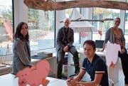 Im hellen Kindergartenneubau: Kindergärtnerin Rita Binder, Tiziano Salzmann (Geschäftsleitungsmitglied Innoraum), der zuständige Projektleiter von Innoraum, Martin Helbling, und Schulpräsidentin Vroni Diethelm. (Bild: Mathias Frei)