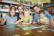 Auch die Familie ist ihm wichtig: Kandidat Roman Habrik mit Frau Bettina und den Kindern Anina, Joël sowie Yves (von links) in der Ludothek. (Bild: Simon Dudle)