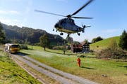 Der Transporthelikopter fliegt im Rahmen eines VUM-Einsatzes (Unterstützung von zivilen Anlässen mit Armeemitteln) Holz aus dem Eichenbachtobel bei Lutzenberg. (Bild: Rudolf Hirtl)