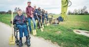 Freuen sich über den Baustart: Die Beteiligten, angeführt von Landbesitzer Walter Häberlin und der Gemeindepräsidentin Fabienne Schnyder, posieren fürs Foto. (Bild: Andrea Stalder)