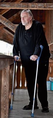 Peter Deubelbeiss ist nach einer Querschnittlähmung durch hartes Training wieder auf die Beine gekommen. (Bild: Donato Caspari)