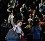 Roger Federer verabschiedet sich nach seinem grossen Comeback-Jahr vom Publikum. (Bild: Tim Ireland/AP)