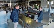 Der Weinfelder Gemeindeschreiber Reto Marty und Hotelier Beat Engel in der Küche des Kongresszentrums Thurgauerhof. (Bild: Mario Testa)