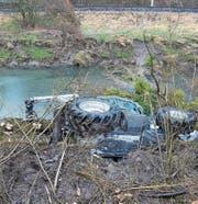 Der Traktor eines 47-Jährigen rutschte gestern in den Binnenkanal und musste mit dem Kran geborgen werden. (Bilder: Kapo)