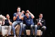 Die Vertreter von Volley Amriswil freuen sich auf der Bühne über die Wahl zur Thurgauer Mannschaft des Jahres 2017. (Bild: Donato Caspari)