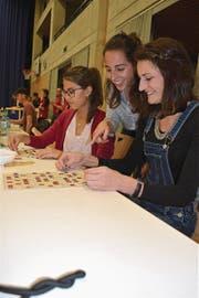 Priska Balmer, Jaël Balmer und Raika Heinings nutzen den Lottomatch als Mädelsabend. (Bild: Desirée Müller)