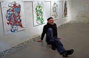 Flächen, Formen, Linien: Villareno De Toffol vor seinen Bildern im Keller der Stadtgalerie Baliere. (Bild: Dieter Langhart)