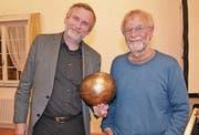 Der Pfarrer vom Zürcher Grossmünster, Christoph Sigrist (links), mit einer in der Klangschmiede geschaffenen Schelle und der Musiker und Komponist Peter Roth. (Bild: Adi Lippuner)