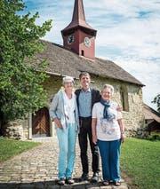 Sie tragen schon seit Jahren Sorge zur Kapelle Gerlikon: Messmerin Maya Kübler, Pfarrer Christian Herrmann und Vize-Messmerin Verena Meier. (Bilder: Reto Martin)