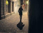 Bei einem mulmigen Gefühl spätnachts in der einsamen Gasse kann ein Anruf Sicherheit vermitteln. (Bild: Michel Canonica)