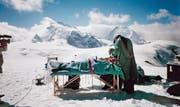 Keine Notoperation an einem verunglückten Bergsteiger, sondern ein Facelifting auf dem Längfluh-Gletscher. Der im Februar dieses Jahres verstorbene plastische Chirurg Urs Burki fürchtete gefährliche Keime in herkömmlichen Operationssälen und verlegte deshalb viele Operationen unter den freien Himmel. (Bild: PD)