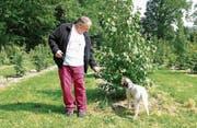 Trüffelsammler Matthias Steudler mit Hund Sam bei der Arbeit. (Bild: Manuela Olgiati)