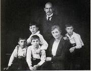 Clara und Fritz Sigrist-Hilty mit ihren vier Söhnen. Die drei Buben links sind Drillinge, einer starb im Kindesalter. (Bild: Nachlass AfZ (1923))