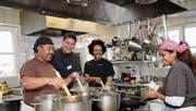 Yemane, Küchen-Coach Stefan Hahn, Meharie und Amleset kochen ein Mittagsmenu in der «Traube». (Bild: Nana do Carmo (4.2.2014))