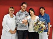 Gundula Hebisch, Leiterin der Frauenklinik, die glückliche Familie Schweizer und Hebamme Martha Vögeli. (Bild: Spital Thurgau AG/PD)