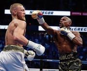 Floyd Mayweather (rechts) behielt auch gegen Conor McGregor seine weisse Weste. (Bild: Isaac Brekken/AP)