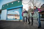 Übergabe vor dem Fischlädeli: Ruth und Wolfang Ribi sowie Fredy und Irene Fahrni. (Bild: Reto Martin)