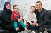 Imamin Minsire Musliji zusammen mit ihrem Ehemann Imam Irfan Musliji und den beiden Söhnen. (Bild: Heidy Beyeler)