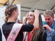 Der Moment der Krönung: Angela Stocker (links) setzt ihrer Nachfolgerin Marion Weibel die Krone auf. (Bild: Hanspeter Schiess)