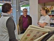 Präsident Peter Stillhard unterhält sich mit der Teilzeitangestellten Silvia Ammann (links) und einer Kundin. (Bild: Evi Biedermann)