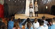 Charmanter Auftritt der beiden Sängerinnen vor einem grossen Publikum. (Bild: Ramona Riedener)