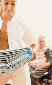 Auf diesem Symbolbild hilft eine Pflegerin einer Seniorin. Die Gemeinden wollen herausfinden, was es braucht, um im Dorf umsorgt älter zu werden. (Bild: fotolia)
