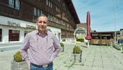 Fabio Sponchia ist im Auftrag der Zuger EPL Immo Holding AG für die «Krone» in Brülisau zuständig. Jetzt wollen die Besitzer das Hotel wieder loswerden. (Bild: Roger Fuchs)