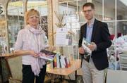 «Mozart»-Gastgeberin Susanne Tobler und Claudius Krucker, Geschäftsführer des Vereins Buchstadt St. Gallen, präsentieren die Buchbox. (Bild: Linda Müntener)