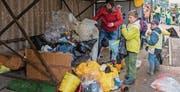 Der Abfall wird vor dem Schulhaus sortiert. (Bild: pd)