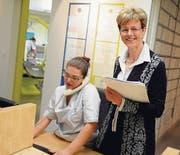 Verena Herzog führt in der Winterthurer Zahnarztpraxis die Angestellten, Lea Wyser (l.) ist in Ausbildung. (Bild: Nana do Carmo)