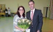 Preisträgerin Iris Oehninger mit Gemeindepräsident Urs Forster beim Neujahrsapéro in der Wielhalle Müllheim. (Bild: Marlies Kunz)