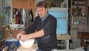 Patrick Kliebens arbeitet gerne mit seinen Händen, auch bei seinen Keramikarbeiten verzichtet er bewusst auf die Unterstützung eines Drehtellers. (Bild: Chris Gilb)