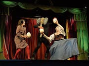 Die Compagnie Buffpapier bei ihrer grotesken Eier-Jonglage: Franziska Hoby, Manuel Gmür, Stéphane Fratini. (Bild: Hansruedi Kugler)