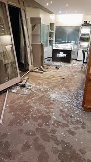 Ein Scherbenhaufen: Einbrecher haben den Ausstellungsraum der Bijouterie Schär zerstört. (Bild: pd)