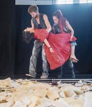 Thomas Troxler, Boglárka Horváth (im roten Kleid) und Emma Skyllbäck in der Probe zu «Eine Stunde auf Erden». (Bild: Urs Bucher)