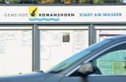 Auf dem Anschlagbrett wird Romanshorn noch als Gemeinde mit dem alten Label «Stadt am Wasser» bezeichnet. (Bild: Reto Martin)