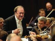 ZUM TOD DES OESTERREICHISCHEN DIRIGENTEN NIKOLAS HARNONCOURT STELLEN WIR IHNEN AM SONNTAG, 6. MAERZ 2016, FOLGENDES ARCHIVBILD ZUR VERFUEGUNG - Austrian conductor Nikolaus Harnoncourt conducts the Vienna philharmonic Orchestra, during the Lucerne Festival, Saturday, September 6, 2006 in the Concert Hall of the Culture and Congresscenter KKL in Lucerne, Switzerland. (KEYSTONE/ Sigi Tischler) (Bild: SIGI TISCHLER (KEYSTONE))