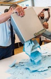 Die Stimmen werden ausgezählt. (Bild: Jean-Christophe Bott/KEY)
