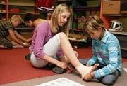 In der Ausbildung zum Schulsamariter lernen die Schülerinnen und Schüler auch, wie man einen Stützverband richtig anbringt. (Bild: Schweizerischer Samariterbund/PD)