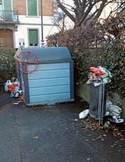 Überquillende Abfallkübel am Curtiplatz, Möbel und anderer Unrat am Strassenrand: Für illegal entsorgten Abfall müssen die Gemeinden aufkommen. (Bilder: Gieri Battaglia/PD)