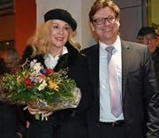 Glücklich und gewählt: Thomas Auer mit seiner Ehefrau Isabelle nach der Bekanntgabe der Resultate. (Bild: Thomas Güntert)
