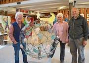Künstler Ueli Blaser vor seinem Werk «Weltkugel» und die Geschwister Maya und Heini Gubler. (Bild: Margrith Pfister-Kübler)