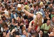 Am Oktoberfest ist München in Feierlaune. (Bild: FELIX HOERHAGER (EPA DPA))