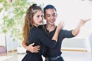 Geschmeidige Bewegungen eines fokussierten Tanzpaars: Lisa Bachmann und Stefan Spirig in ihrem Trainingslokal. (Bild: Donato Caspari)