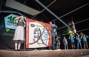 Ein Höhepunkt der dreitägigen Festivitäten war das Entrollen der neuen Fahne des Turnvereins Güttingen. (Bild: Reto Martin)